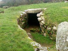 Cornualles, situado al suroeste de Gran Bretaña, está plagado de monumentos prehistóricos. Se han contabilizado hasta 74 estructuras de la Edad del Bronce, 80 de la Edad del Hierro, 55 del Neolítico y una mesolítica. Dómenes, menhires, cairns, incluso círculos de piedra del mismo tipo que Stoneh