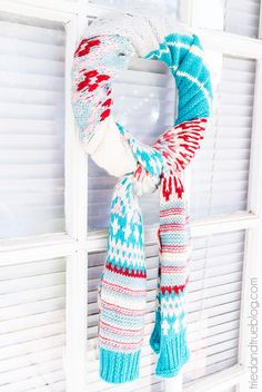 Stay busy indoors this cold season with these fun and easy winter crafts. Here, you'll find plenty of inspiration for your next snow day with wreaths, DIY garlands, Mason jar crafts, and more. Recycled Christmas Decorations, Homemade Christmas Decorations, Christmas Crafts, Christmas Ideas, Funny Christmas, Christmas Christmas, Holiday Ideas, Winter Diy, Winter Craft