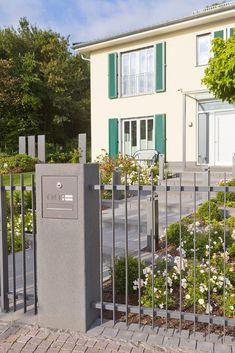 Unsere Pfeiler eignen sich mit Aussparung und Platz für Klingel und Briefkasten... - Modern Design Door Gate Design, Railing Design, Fence Design, Rustic Backyard, Backyard Fences, Garden Fencing, Diy Fence, Outdoor Venues, Outdoor Decor