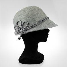 #Sombrero de fieltro de #lana, tipo #gorrita, gris claro con cordón de #seda #gris de #LoGam Este producto se puede personalizar. Solo 31,50€ en la #BoutiqueOhMyChic #OhMyChic - El escaparate de diseñadores de #moda #madeinspain #regalo #detalle #sanvalentin #modaespañola