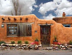 Adobe house in Santa Fe, New Mexico New Mexico Style, New Mexico Usa, Southwest Art, Southwest Style, Fachada Colonial, New Mexico Santa Fe, Adobe House, Santa Fe Style, New Mexican