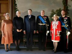 The President of Estonia are welcomed to Olso by the Norwegian Royal Family.