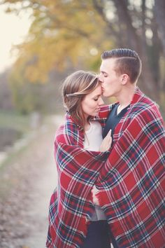 Plaid blanket in engagement pictures session at the park. Outdoor engagement photos. Fall engagement photos.