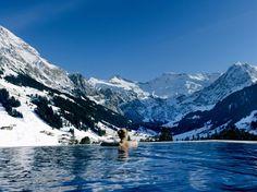 The Cambrian in Adelboden, Zwitserland  Hotel 'The Cambrian' ligt in het vreedzame dorpje Adelboden, tegen de hellingen van de Zwitserse Alpen. Dit luxe viersterrenhotel beschikt over 71 kamers en suites, en een spa van maar liefst 750m², compleet met massageruimtes, een sauna en een buitenzwembad met een adembenemend uitzicht op het omliggende berglandschap.