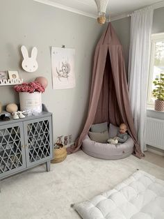Hauschka Body Silk Powder – 50 g allround kropspudder We're very moooved by this mother/daughter room makeover! kids room,decor, decorate, home decor storage ideas for modern kids Baby Bedroom, Baby Room Decor, Nursery Room, Girl Room, Girls Bedroom, Nursery Decor, Baby Room Design, Toddler Rooms, Room Inspiration