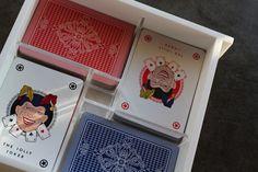 ORAZIO. Scatola porta carte da gioco. Con l'apposito elemento separatore, può contenere 4 mazzi di carte da Poker. www.futility.it