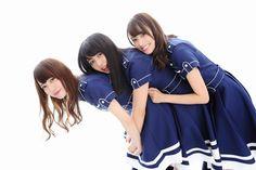 写真左から加藤史帆(かとう・しほ)、長濱ねる(ながはま・ねる)、佐々木久美(ささき・くみ)のユニット名「ザ・シュール」