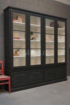 Vitrinekast Monaco 10245 - Prachtige brocante zwarte vitrinekast naar oud model nagemaakt. Bijzonder detail is dat de deuren veel glas bevatten en hoger zijn dan normaal. Deze kast kan in elke gewenste maat en in elke gewenste Ralkleur gemaakt worden. Ook de indeling kunt u geheel naar wens aanpassen.