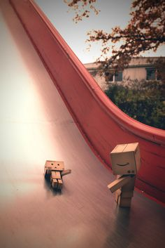 Die Danbos auf der Rutsche / The Danbos on the slide Danbo, Box Robot, Amazon Box, Cute Box, Thinking Outside The Box, Great Pictures, Box Art, Creative Photography, Wallpaper Quotes