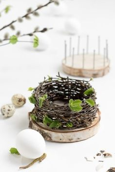 """ZWO:STE"""">Easter baskets – basket weave from natural material – DIY instructions – with tree slices and nails Informations About Osterkörbchen flechten mit Baumscheiben Diy Hanging Shelves, Diy Wall Shelves, Floating Shelves Diy, Pot Mason Diy, Mason Jar Crafts, Spring Decoration, Deco Nature, Tree Slices, Deco Floral"""