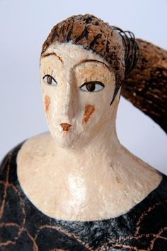 Fin dalla prima mostra di sculture ho iniziato a realizzare figure di donne. Nelle accoglienti e generose forme femminili...