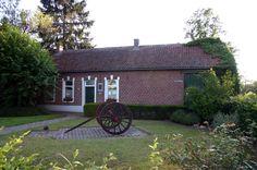 https://flic.kr/p/g9Ao7 | Geboortehuis Ernest Claes, Zichem | Kempische boerderij waarin zich het jeugdleven van de schrijver heeft afgespeeld. Ernest Claes werd hier geboren op 24 oktober 1885. Sinds 1967 is het geboortehuis ingericht als museum.    Foto: Tijl Vereenooghe