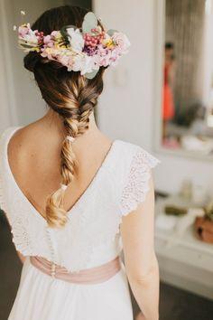 Me encanta la espalda de este vestido de Leticia, el encaje, el detalle rosa y su corona de flores..... La foto de Jairo Crena, el vestido Oh Que Luna.