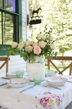 15 Unique Vase Ideas From Rustic to Classic Late Summer Flowers, Spring Blooms, Bunch Of Flowers, Diy Flowers, Flower Bouquets, Summer Flower Arrangements, Rose Centerpieces, Rose Decor, Vintage Tablecloths