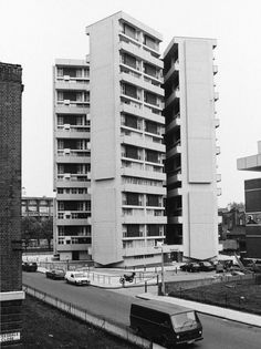 Designed by Denys Lasdun and completed in Keeling House is a block of flats on Claredale Street in Bethnal Green. British Architecture, London Architecture, Gothic Architecture, Architecture Design, Futuristic Architecture, Bethnal Green, London History, Social Housing, London House