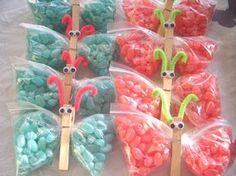 Mariposas hechas con bolsas de dulces y ganchos de madera para ropa.