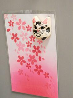 木彫りの白黒猫マグネットです。  猫1匹のみの商品になります(写真1~4枚目の猫のみ。ディスプレイは含みません)大きさ:4×3センチ素材;木材 1...|ハンドメイド、手作り、手仕事品の通販・販売・購入ならCreema。