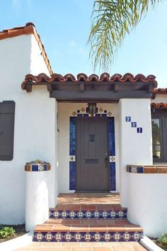 nice Ole Hanson historic home by using Mexican tile accents by kristiblackdesign. Mexican Style Homes, Hacienda Style Homes, Mexican Home Decor, Spanish Style Homes, Spanish House, Spanish Colonial, Spanish Revival, Spanish Exterior, Fachada Colonial