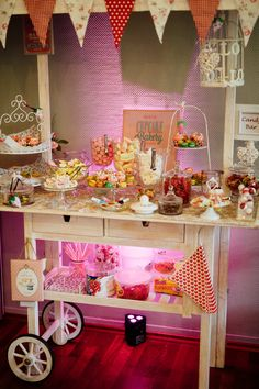 Candybar Wagen Are you planning a candybar with a candybar cart? How about a candy bar wagon decorat Diy Wedding Bar, Candy Bar Wedding, Diy Wedding Decorations, Wedding Cakes, Wedding Stuff, Diy Vintage, Vintage Candy, Vintage Style, Diy Bar