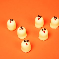 HALLOWEEN FOOD HACKS: Fun and Easy Last Mintue Halloween Treats - Marshmelloooooooohs!  White Chocolate Coated Marshmellows Topped With Chocolate Chips and Strawberry Sauce