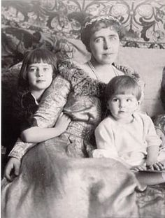 Queen Marie of Romania with her youngest children:Ileana and Mircea. Michael I Of Romania, Romanian Royal Family, Queen Victoria Children, Cultura General, Princess Alexandra, Young Prince, Rare Pictures, Kaiser, Second Child