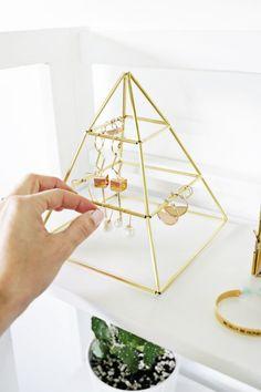 Ohrring Pyramide DIY Brass Earring Pyramid DIY The post Messing Ohrring Pyramide DIY appeared first on Home Dekoration. Diy Earring Holder, Diy Jewelry Holder, Necklace Holder, Jewelry Stand, Diy Earring Storage, Diy Earrings Stand, Bracelet Storage, Necklace Storage, Jewellery Storage
