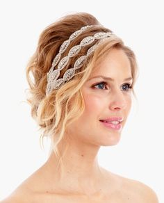 These days your wedding hair is not a simple matter. Do you want a tiara, silk flowers, feathers, glittering hair clip, and what type of ve. Bohemian Hairstyles, Easy Hairstyles, Girl Hairstyles, Wedding Hairstyles, Wedding Headband, Bridal Hair, Bohemian Hair Accessories, Goddess Hairstyles, Corte Y Color