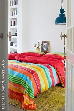 Wer keine Lust oder Zeit hat, seine Wände zu gestalten, kann auch Bettwäsche als Dekoration einsetzen. Die knalligen Farben der Bettdecke sind so intensiv, dass sie eine zusätzliche Wandgestaltung der weißen Wände überflüssig machen. Durch das Einsetzen verschiedener Bettwäschen kann die Optik des Raums somit flexibel verändert werden. Beachte jedoch, dass Du intensive Farben verwendest, da der Raum sonst schnell zu kalt wirken kann.