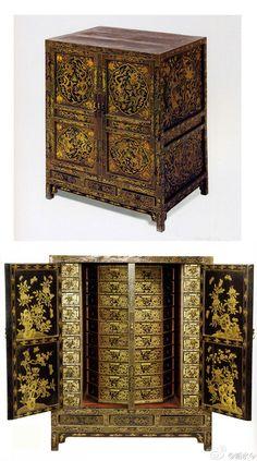 明万历 黑漆描金云龙纹药柜,长78.8厘米、宽57厘米、高94.5厘米,故宫博物院藏。明代宫廷漆家具,原存一对两件,其中之一调拨至国家博物馆
