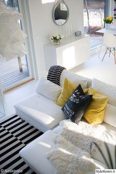 olohuone,talja,valkoinen lattia,mustavalkoinen sisustus