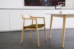 Este hermoso sillón nórdico vintage tiene un marco de madera de haya maciza y ciertos refinados acabados.
