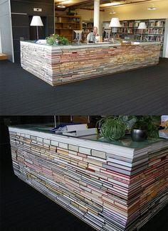 Mostrador de librería con libros viejos reutilizados. Apilando los libros se puede hacer un mostrador para tienda de las medidas y altura que se desee.