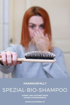 Sanfte Pflege tut jedem Schopf gut. Wenn er sich jedoch lichtet, ist Zurückhaltung bei der Haarbehandlung besonders wichtig. Denn Haare sind empfindlich und nehmen grobe Behandlung schnell übel. Heißes Föhnen oder aggressives Bleichen sind zum Beispiel Gift für schwindendes Haar. Biotin, Straightener, Top, Grow Hair, Hair Roots, Shiny Hair, My Hair, Losing Hair, Crete