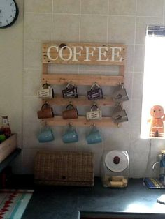 45 Easiest Pallet Projects You Can Build with Wood Pallets Pallet Coffee Mug Holder – Pallet Rack – 45 Easiest DIY Projects with Wood Pallets, You Can Build – Page 2 of 5 – Easy Pallet Ideas Pallet Home Decor, Wooden Pallet Projects, Wooden Pallet Furniture, Pallet Crafts, Wooden Pallets, Diy Furniture, Diy Crafts, Primitive Furniture, Pallet Sofa