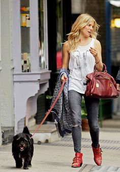 Sienna Miller Photos - Sienna Miller takes her dog Bess out for a walk. - Sienna Miller Walks her Dog Estilo Sienna Miller, Sienna Miller Style, Love Her Style, Style Me, Style Boho, Red Boots, Boho Fashion, High Fashion, Ideias Fashion