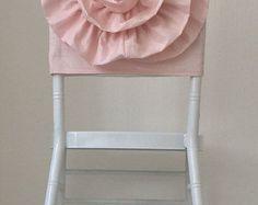 He creado la flor con un montón de capas de tul haciendo completamente el aspecto de flor y magnífico, decorado con un broche bonito grande. Nota: el broche puede varía en forma dependen de la acción pero tan hermoso y grande como en la imagen.  Nuestras cubiertas de la silla generalmente caben en las sillas del Chiavari. Si se necesita otro tamaño, no dude en contactar con nosotros