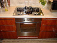 Το κόλπο για να αφαιρέσετε τις δαχτυλιές από τη κουζίνα χωρίς απορυπαντικο - Daddy-Cool.gr Kitchen Cabinets, Kitchen Appliances, Sparkling Clean, Organization Hacks, Stove, Household, Cleaning, Tips, Easy
