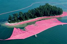 Duo Christo et Jeanne-Claude, masters in the Land art, did a sublime installation in 1983 : Surrounded Islands. During two weeks, we can see on the Biscayne Bay Land Art, Christo Et Jeanne Claude, Bulgaria, Paris In October, October 1, Perez Art Museum, Pink Island, London Art Fair, Richard Long