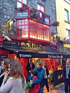 The King's Head, Galway, Irlanda (Eire) Ireland Vacation, Ireland Travel, Ireland Pubs, Cork Ireland, Cities, England, Voyage Europe, Irish Eyes, Emerald Isle