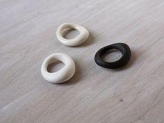 Joyería de cerámica Carmine R-01 por OVOceramics en Etsy