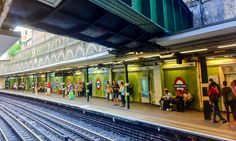 Quiz Time LONDON:   ¿Sabes que esconde esta sólida estrucura metálica en la estación de Sloane Square, en Londres?  Do you know what is hidden inside the Green Tunnel above Sloane Square London´s tube station?