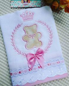 Muito amor por essa fralda linda, mas mães de princesa piram Orçamentos somente via whatsapp 33 991910750. #enxovalbaby #enxovalclassico #enxovaldeluxo #enxovaldebebe #enxovalpersonalizado #maternidade #gravidez #pregnant #pregnancy #babyontheway #babyshower #itsagirl #gravidinhas #mamaes2017 #ateliedebordados #bebê #bebedeluxo #princesa #maedeprincesa #maedemenina #babygirl #bebemenina #luxo #instababy #instababies #fraldabordada #fraldasdeluxo #meumund... Baby Burp Cloths, Cloth Diapers, Rose Embroidery, Embroidery Applique, Felt Crafts Patterns, Burp Rags, Patchwork Baby, Machine Embroidery Projects, Baby Sewing Projects