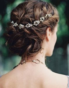 Soft waves to messy updos with hair accessories | fabmood.com #weddinghair #bridalhair #weddingupdos #weddinghairstyles