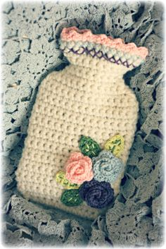Crochet Hot Water Bottle Cover - Tutorial ~ I love this! I grew up w/ a hot water bottle in my bed every night in the winter in Spain! I wish I knew how to crochet. Crochet Diy, Crochet Home, Love Crochet, Crochet Gifts, Beautiful Crochet, Crochet Flowers, Tutorial Crochet, Coco Rose Diaries, Water Bottle Covers