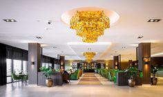 Lobby: De vier enorme gouden kronen zijn speciaal voor dit hotel vervaardigd en geven de lobby de allure van een balzaal. Ontwerpen van LOTZ Design komen overal in het hotel terug, in diverse uitvoeringen, telkens voor elke ruimte op maat gemaakt.