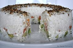 "Have you ever seen Japanese ""Sushi Cakes"" (originally they were called ""Oshi-sushi"". They are very popular in Japan right now. Sushi Recipes, Asian Recipes, Cooking Recipes, Recipies, Cake Recipes, Sushi Cake, Sushi Party, Oshi Sushi, Bento"