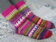 Tykkään neuloa ohuilla sukkalangoilla, mutta nyt ei vaan jotenkin nappaa yksiväriset. Siis kaikki värit mukaan ja kirjoneuletta ohui...