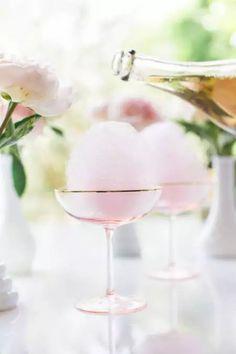Champagne rosa y algodón de azúcar  para los invitados