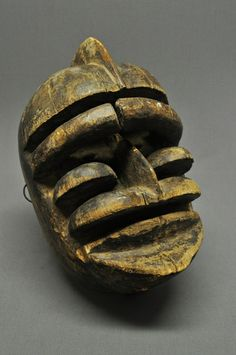 Africa | Bete mask from Liberia.  Carved wood.  Esta máscara presidió la ceremonia cuando se restableció la paz después de los conflictos armados y participó en las sesiones de justicia consuetudinaria. Este tipo de máscara también fue usado para preparar a los hombres para la guerra; las máscaras ofrecieron protección mágica por infundir miedo y terror en enemigos potenciales. En la actualidad, se usa para una variedad de ceremonias, incluyendo danzas de entretenimiento.