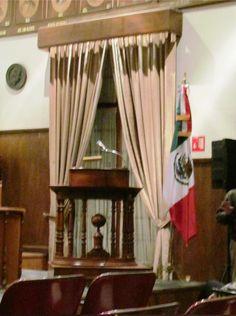 """Pódium en el Gran Salón """"Libertador Miguel Hidalgo"""", ubicado en la planta alta de nuestra sede en Justo Sierra No. 19, Centro Histórico de la Ciudad de México."""